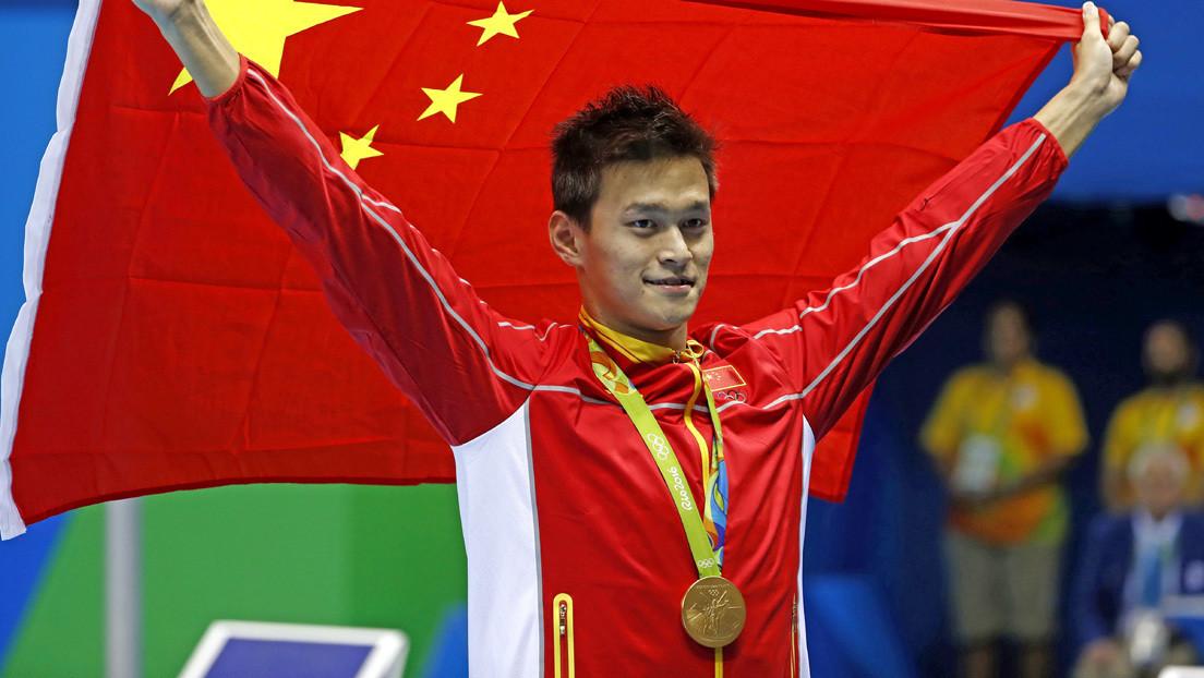 """Suspenden por ocho años a un campeón de natación chino acusado de """"orinar violeta"""" en los Juegos Olímpicos de 2016"""