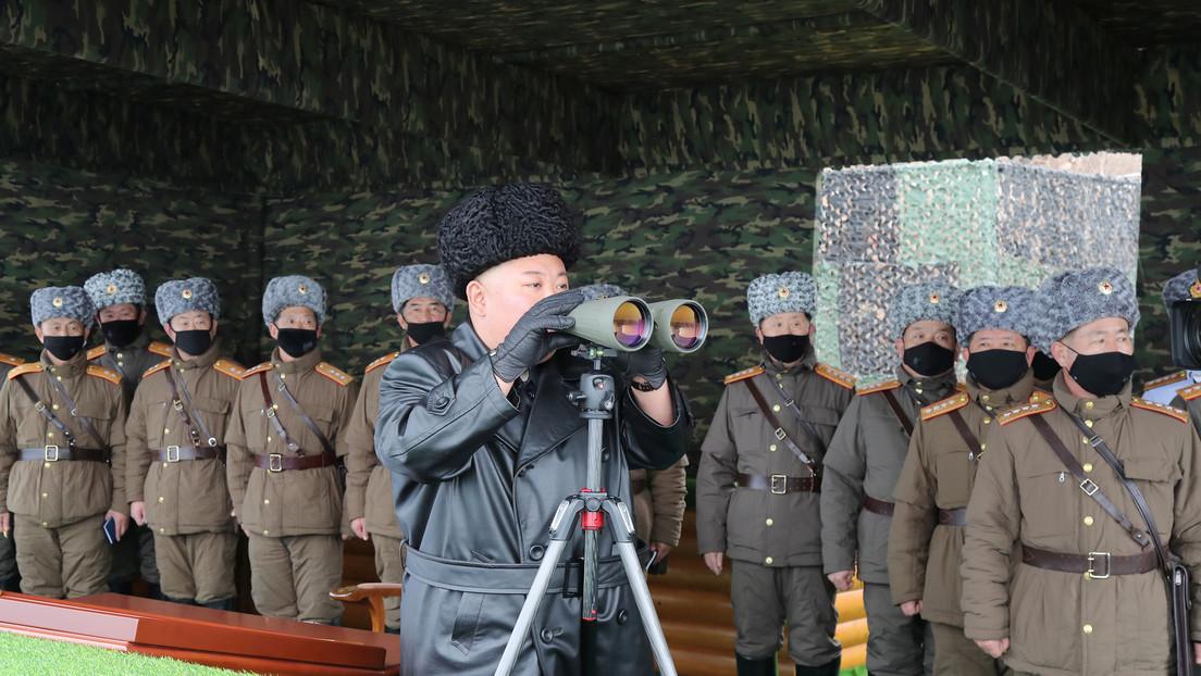 Kim Jong-un asiste a unas maniobras y los militares llevan mascarilla