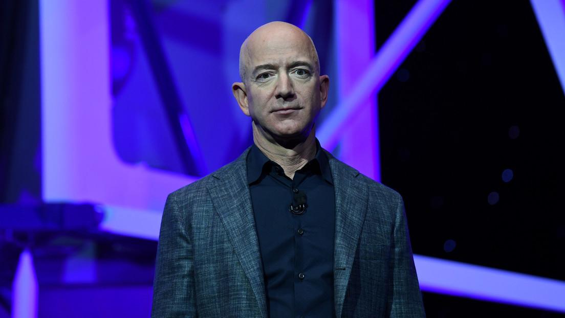 ¿Podría Jeff Bezos levantar todo su dinero si fuera arroz? Un bloguero busca la respuesta, y el resultado es impresionante (VIDEO)