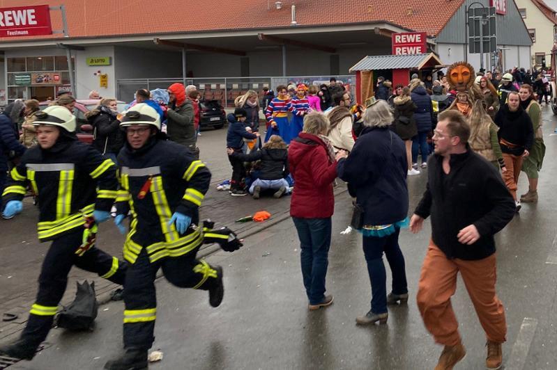 Embistió a una multitud durante un desfile de carnaval — Alemania