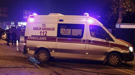 PRIMERAS IMÁGENES: Los pasajeros de un avión partido en dos en Estambul salen de los escombros