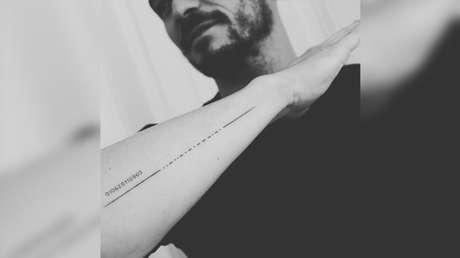 FOTO: Orlando Bloom muestra un nuevo tatuaje con el nombre de su hijo sin saber nada del error que contiene