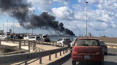 El Ejército Nacional Libio bombardea un carguero con armamento turco en el puerto de Trípoli (FOTOS, VIDEO)