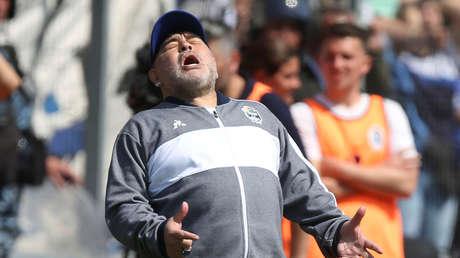 VIDEO: Maradona recibe una 'misteriosa sustancia' en pleno partido de su equipo y se desata la polémica