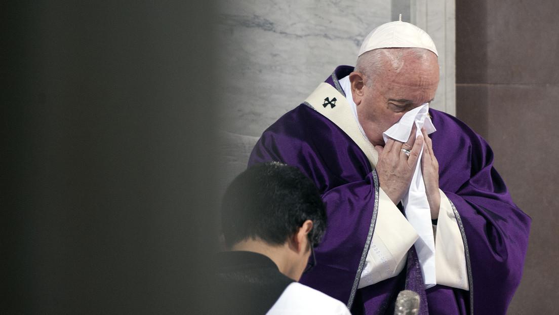 """El papa Francisco aparece en público por primera vez en cuatro días y cancela su retiro espiritual debido a un """"resfriado"""""""