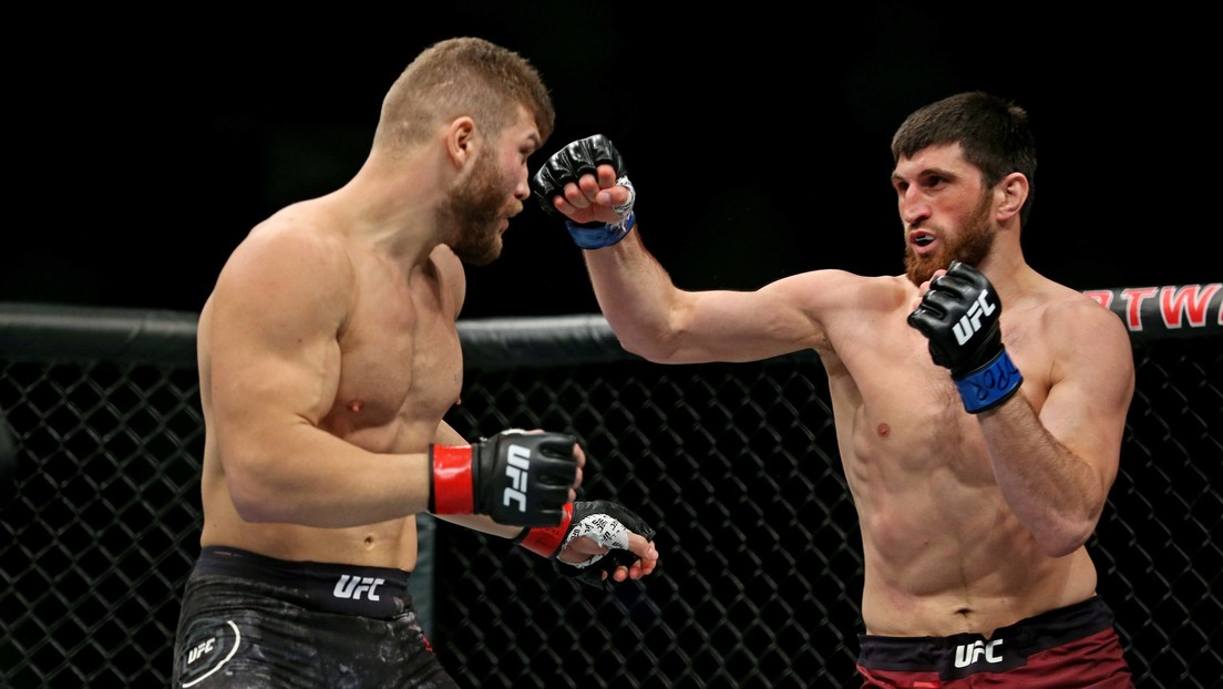 VIDEO: Comienza su combate de UFC con un polémico gesto, su rival lo 'paraliza' con una lluvia de golpes y el árbitro causa aún más controversia