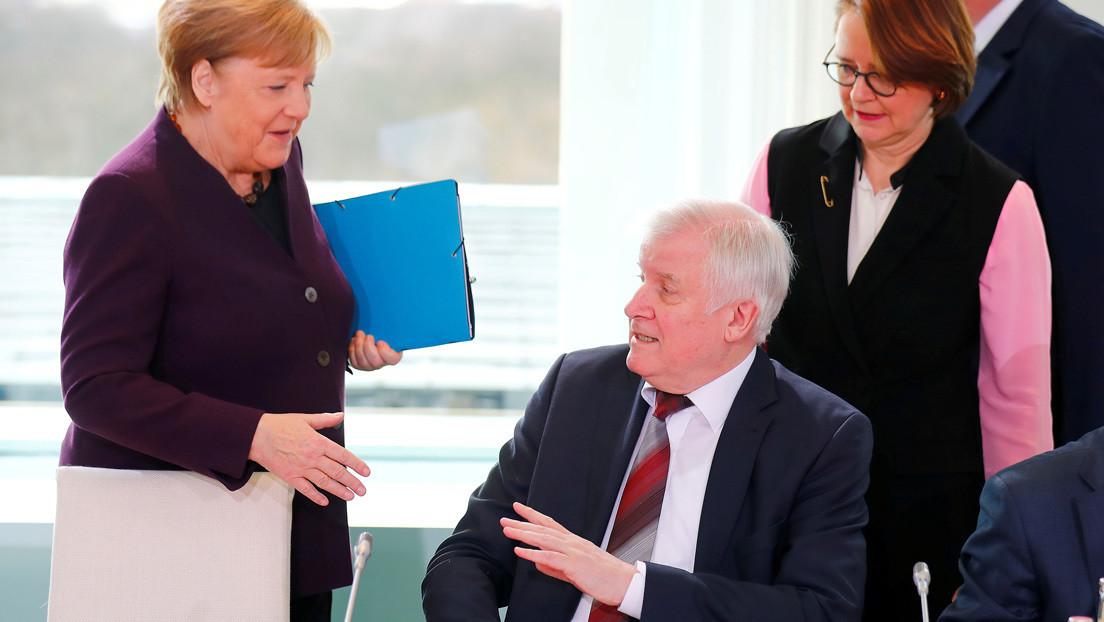 VIDEO: Ministro alemán evita darle la mano a Merkel en medio del brote del coronavirus