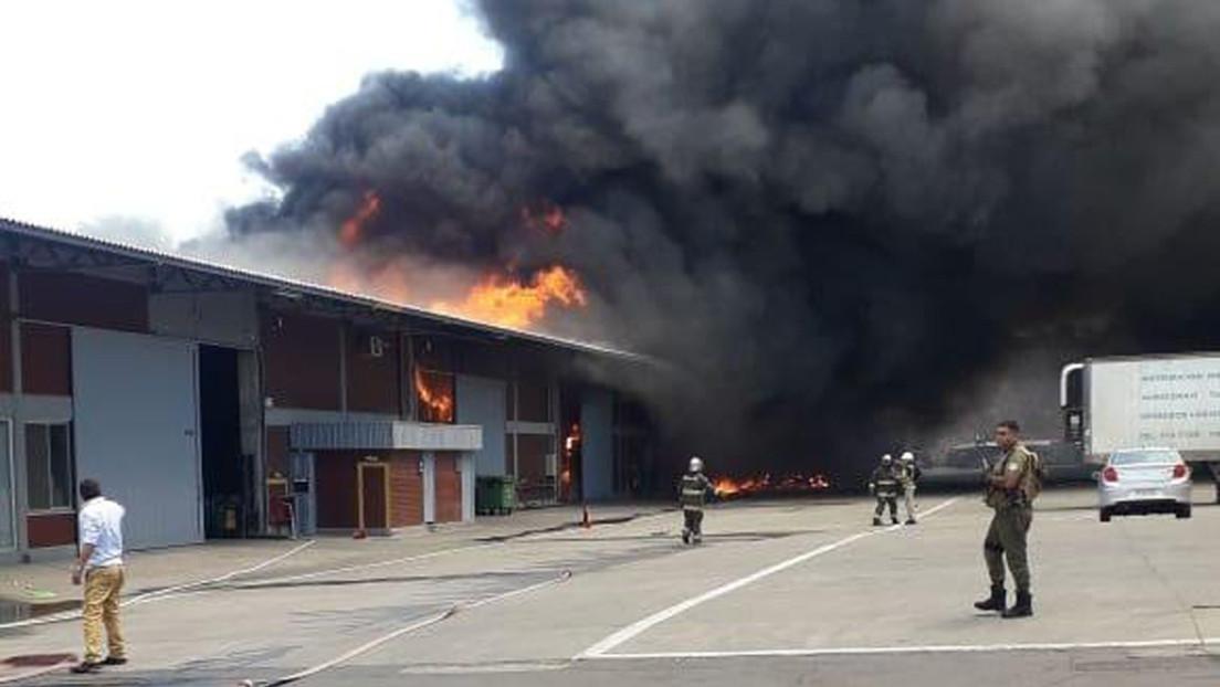 VIDEOS: 4 muertos en un gran incendio en bodegas cercanas al aeropuerto de Santiago de Chile