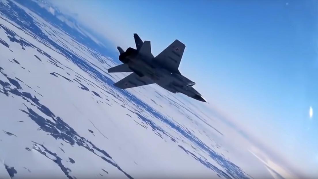 VIDEO: Un caza ruso MiG-31 ensaya la intercepción de un avión intruso sobre el fascinante paisaje de Kamchatka