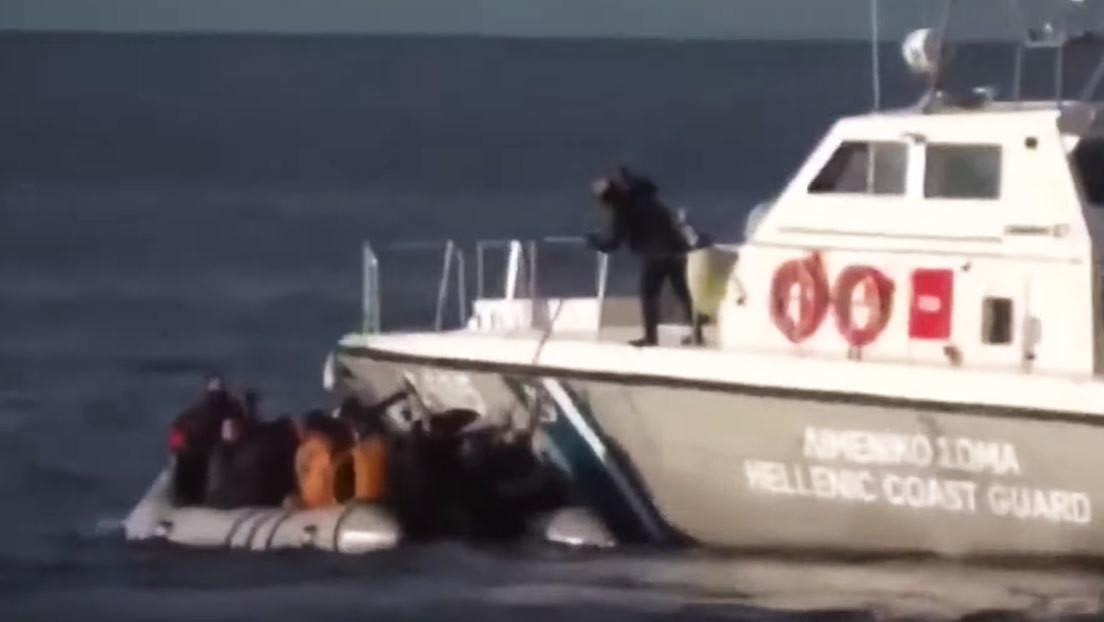 VIDEO: Guardacostas griegos hostigan e intentan volcar un bote lleno de inmigrantes