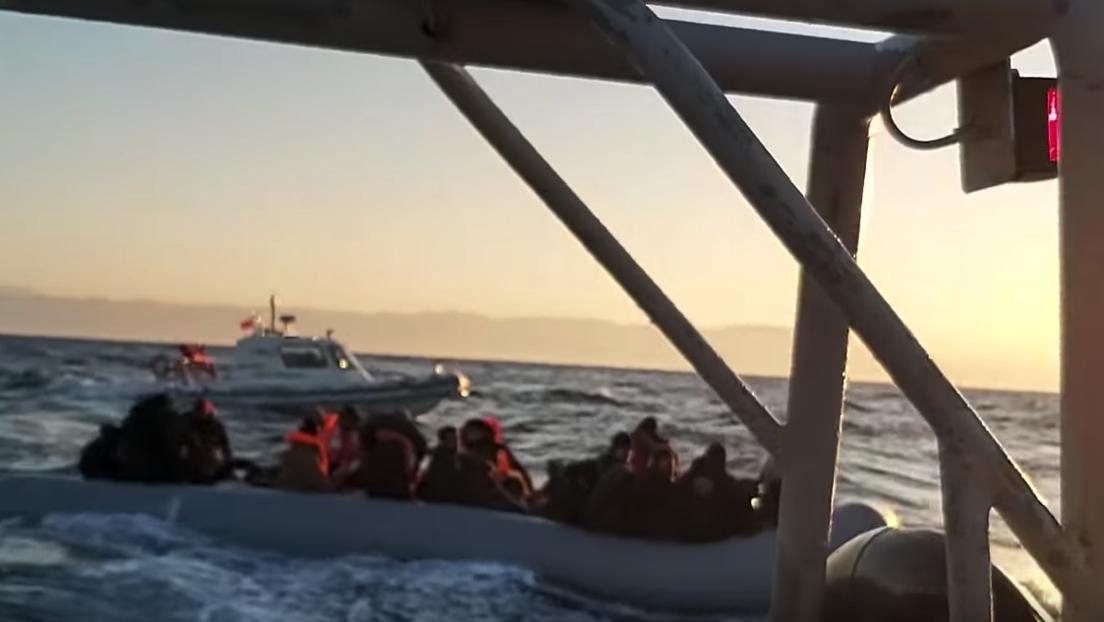 Un niño muere frente a las costas griegas al volcar una barca con refugiados luego de que Turquía abriera las fronteras