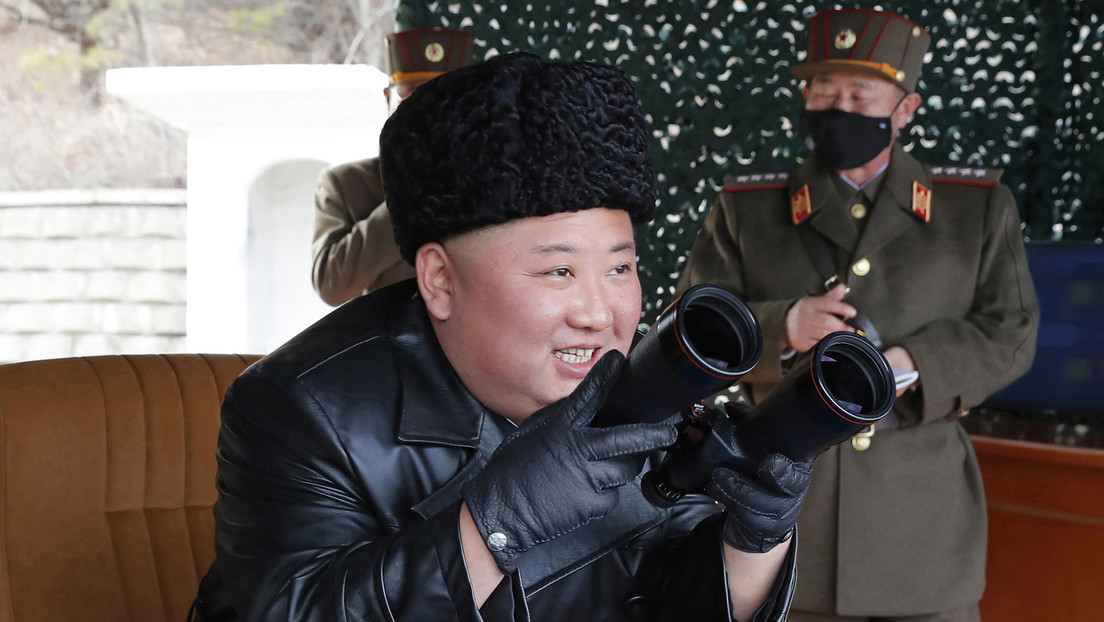 FOTOS: Kim Jong-un supervisa una prueba de artillería de largo alcance rodeado de militares con mascarillas