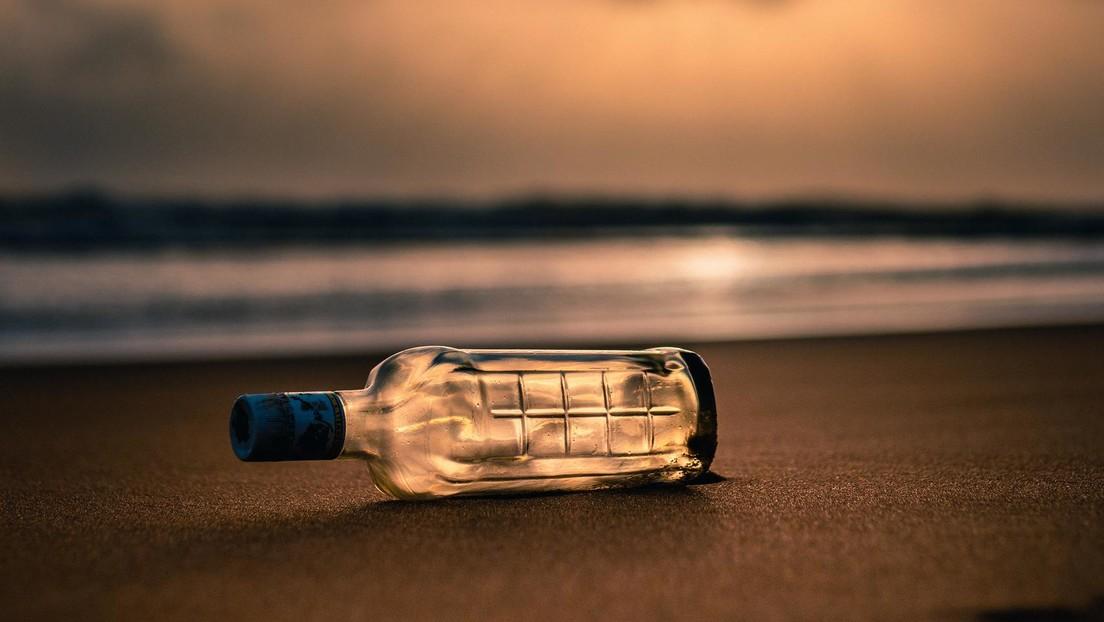 Se gana 1.000 dólares al encontrar un mensaje en una botella cuando limpiaba la playa