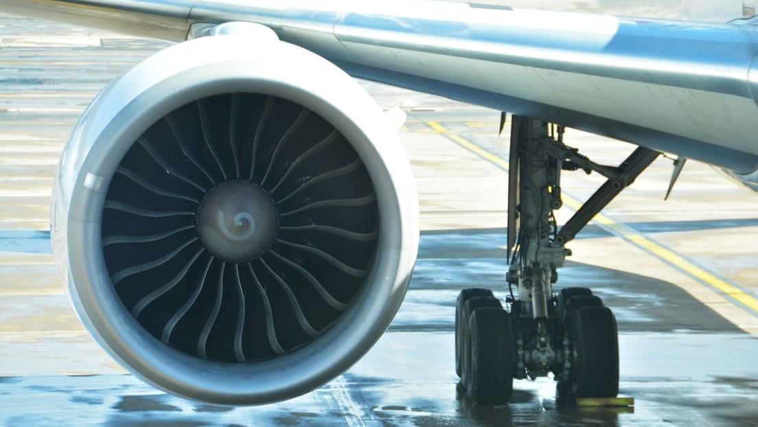 Un avión queda atascado en el asfalto del aeropuerto y no consigue despegar  (FOTO)