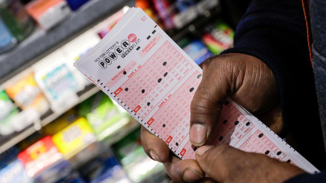 Compra un billete de lotería en la tienda en la que trabaja y gana 52 millones de dólares
