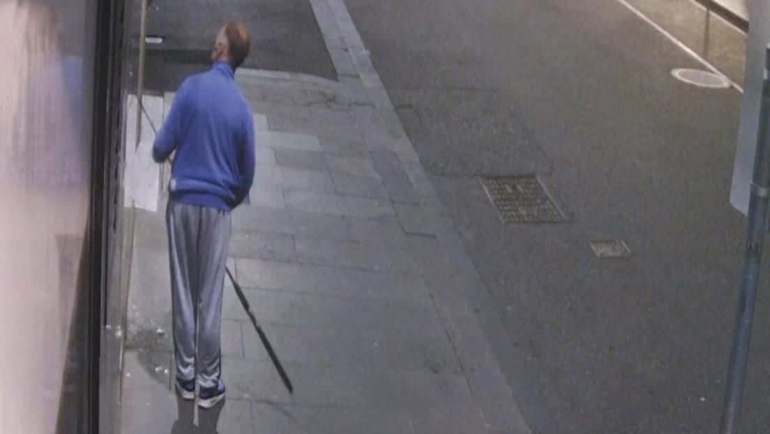 VIDEO: Un ladrón usa una caña de pescar para sustraer un collar de Versace de una tienda en Australia