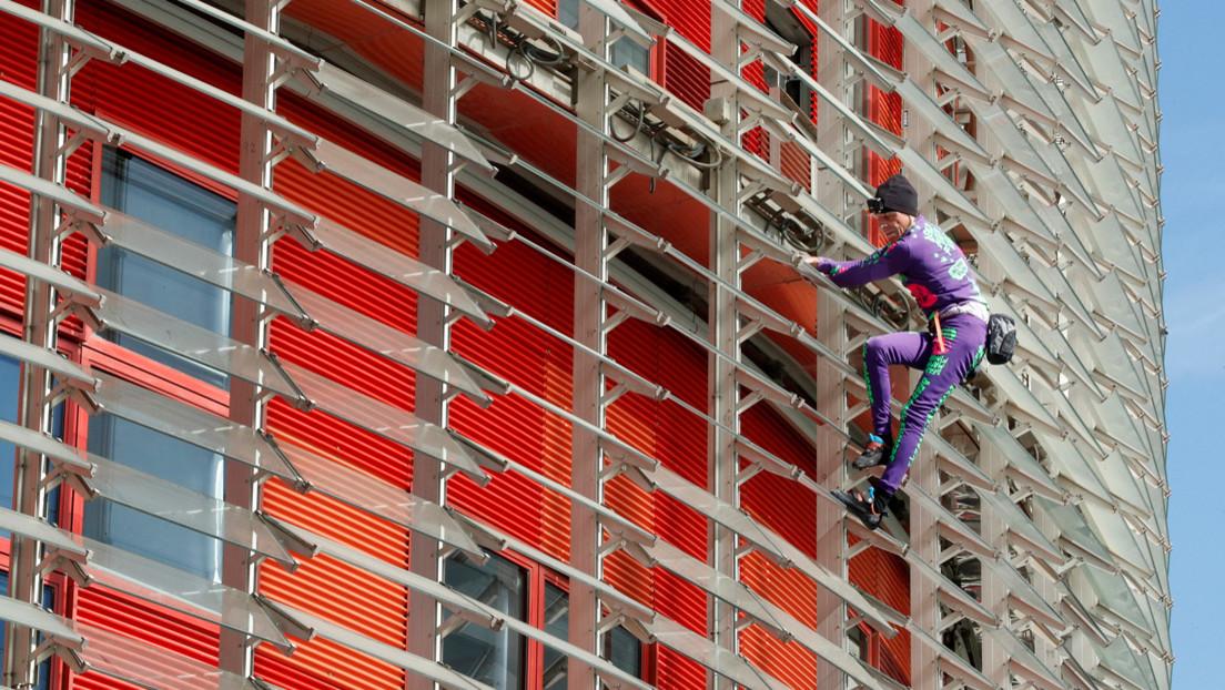 Sin arnés y sin permiso: el 'Spiderman francés' escala un rascacielos de Barcelona contra el miedo desatado por el coronavirus (FOTOS)