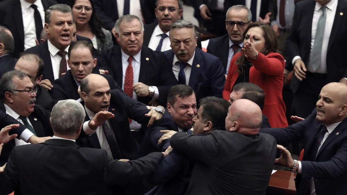 VIDEOS: Parlamentarios turcos arman una pelea tras críticas contra Erdogan por la muerte de soldados en Siria