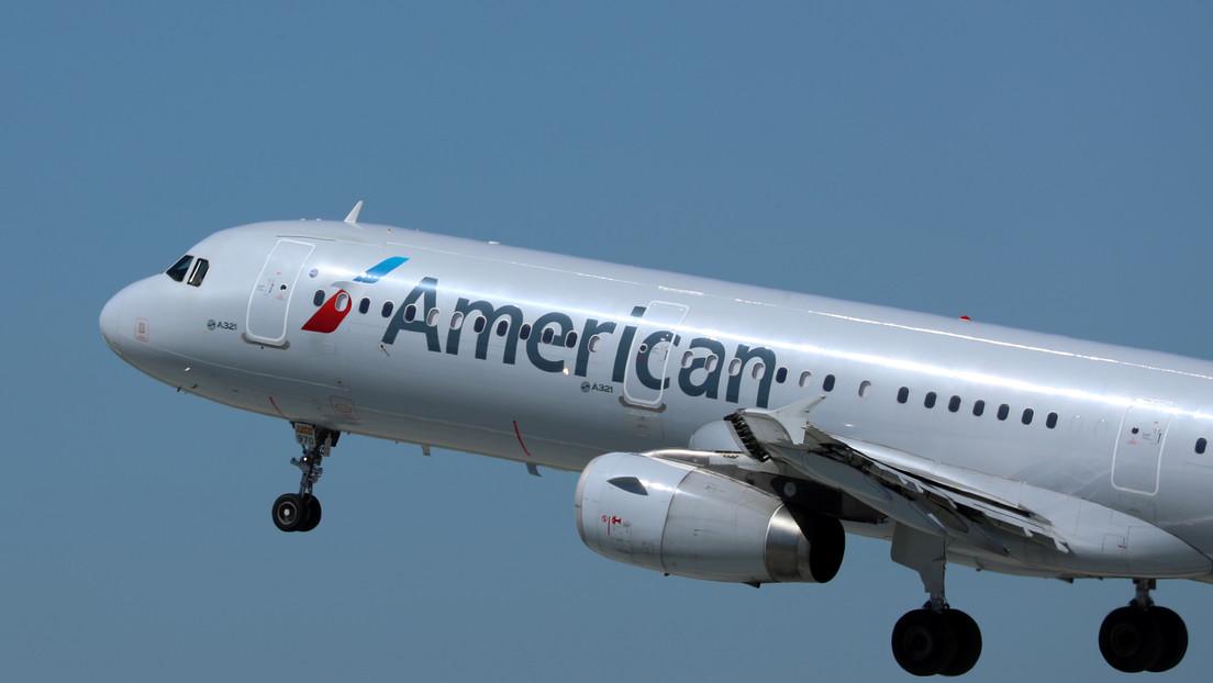Un 'pasajero rebelde' intenta abrir la puerta del avión en pleno vuelo y termina arrestado (VIDEOS)