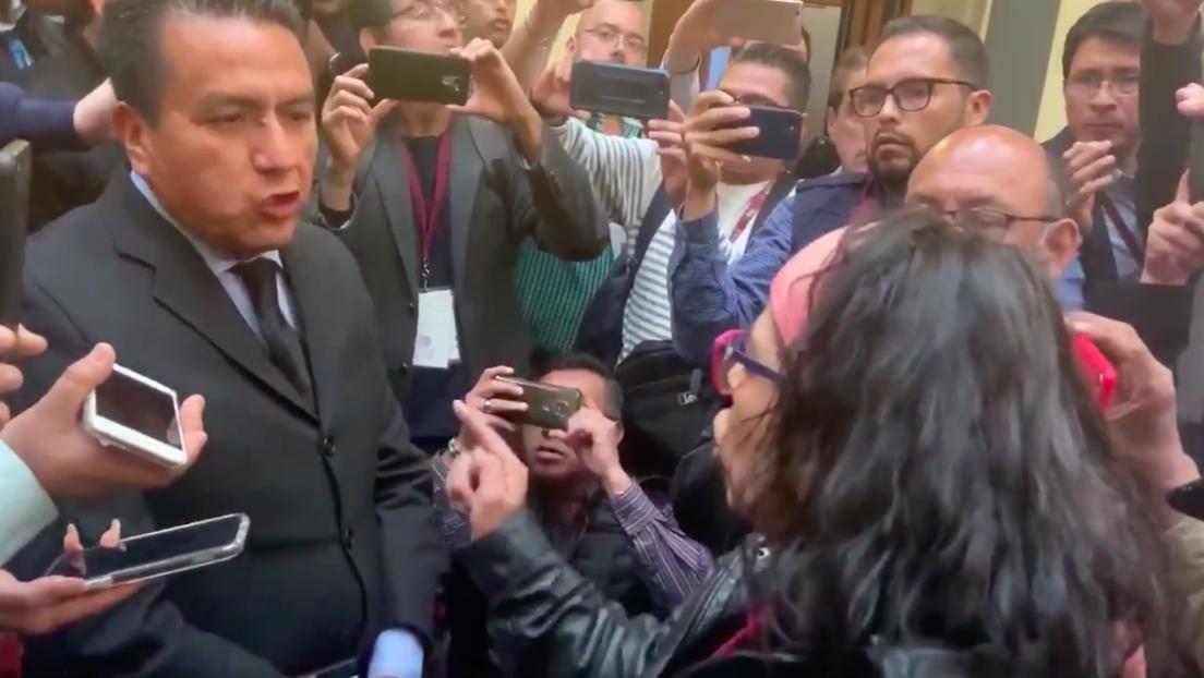 Un reportero pide a López Obrador investigar a una activista por impulsar el Paro de Mujeres del 9M (y ella lo confronta en la misma sala)
