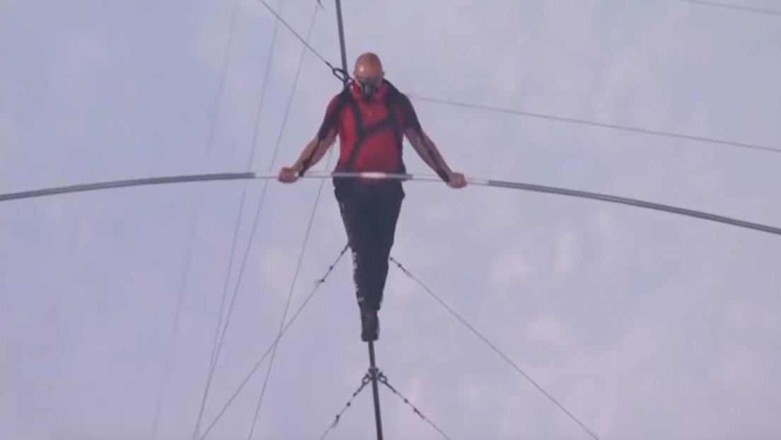 """""""Algo que nadie hizo jamás"""": Un acróbata atraviesa sobre un cable el lago de lava de 'La boca del infierno' (VIDEO)"""