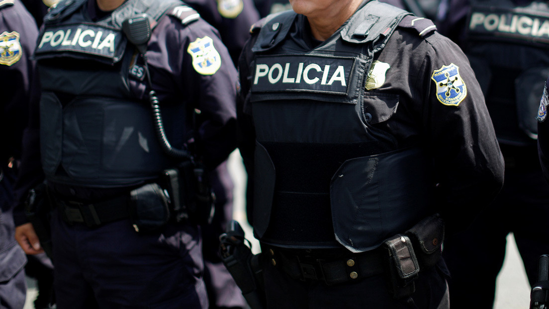 """Un policía golpea a un niño con discapacidad en El Salvador y hasta el presidente Bukele expresa su """"asco y repudio total"""" (VIDEO)"""