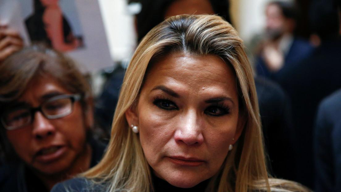 """VIDEO: Una multitud le grita """"asesina"""" a Jeanine Áñez a la salida de un evento en Bolivia y la Policía les reprime con gas lacrimógeno"""