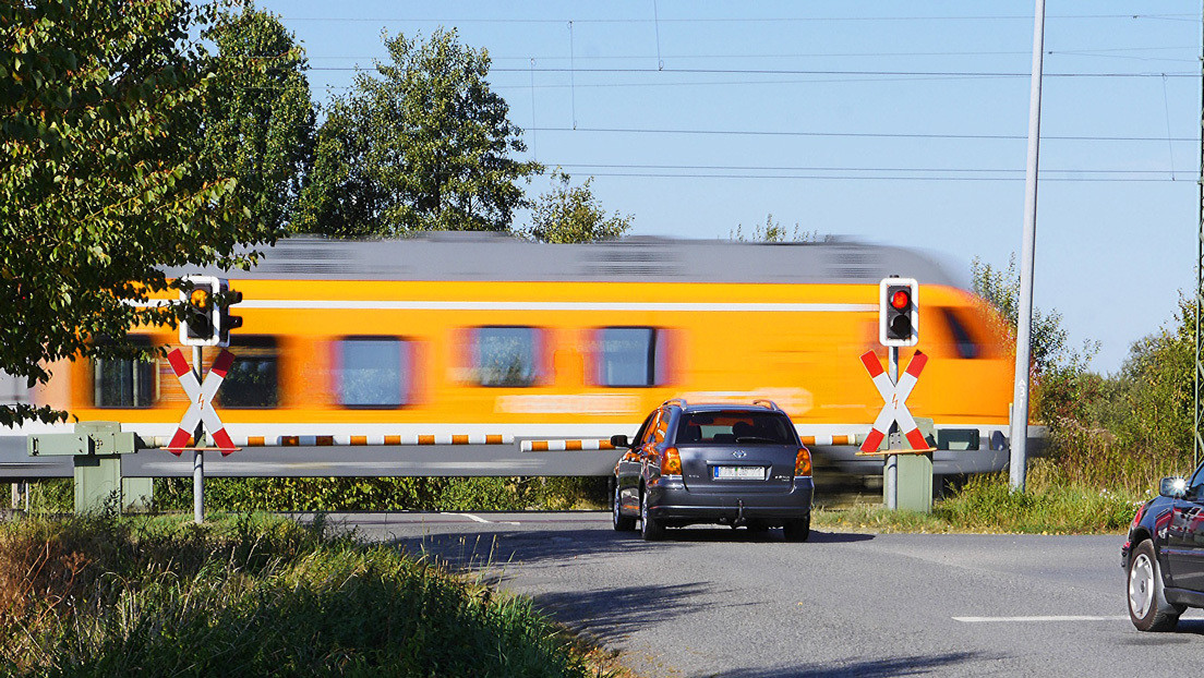 '¡Eso debe doler!': un tren de metro embiste el auto de un conductor imprudente en EE.UU. (VIDEO)