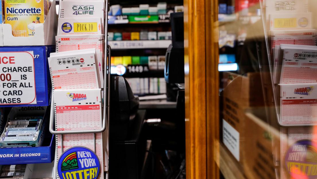 Se compra un bocadillo y con el dinero sobrante gana dos premios a la lotería: uno de 10 dólares y otro de ...500.000