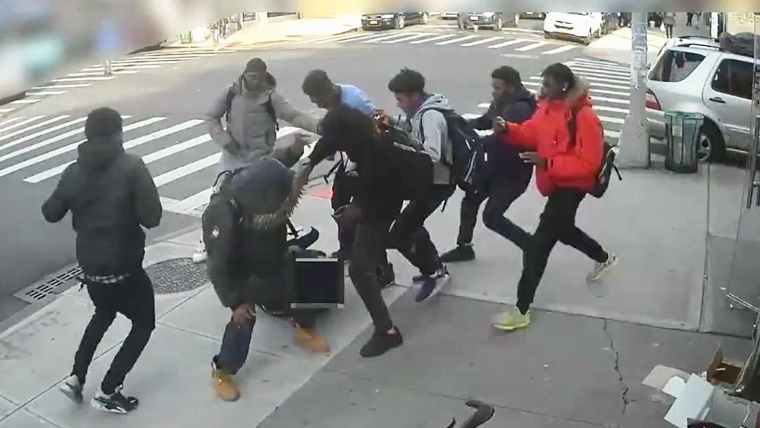 VIDEO: Veinte adolescentes dan una brutal paliza a una chica de 15 años en Nueva York y le roban el móvil y las zapatillas de marca