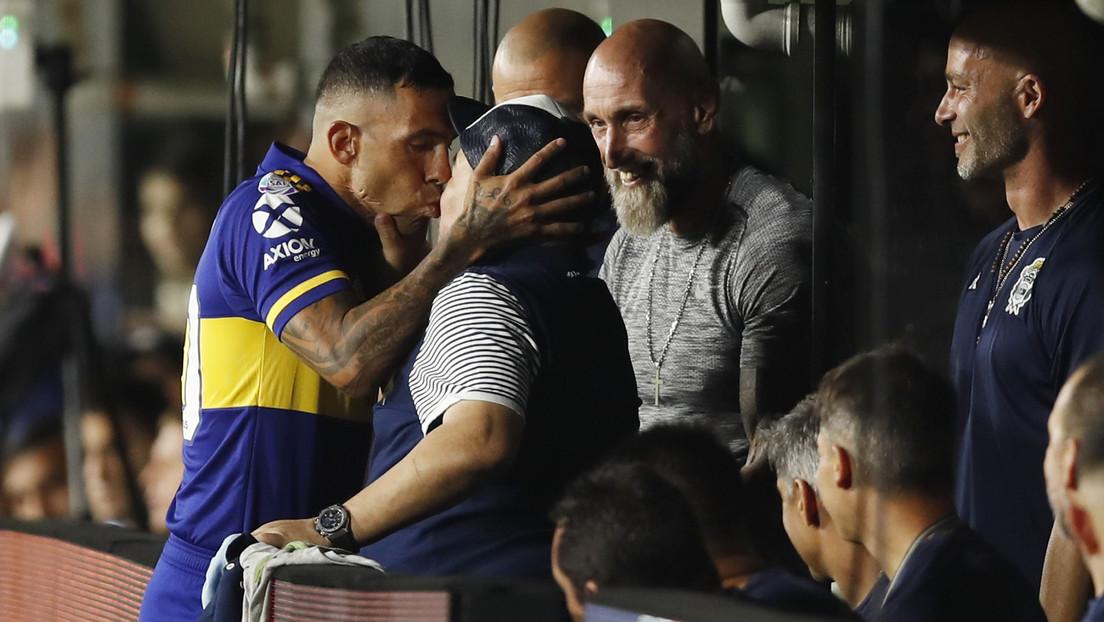El 'pico' de la suerte: Carlos Tévez y Diego Maradona se besan antes del partido en el que Boca ganó la Superliga (VIDEO)