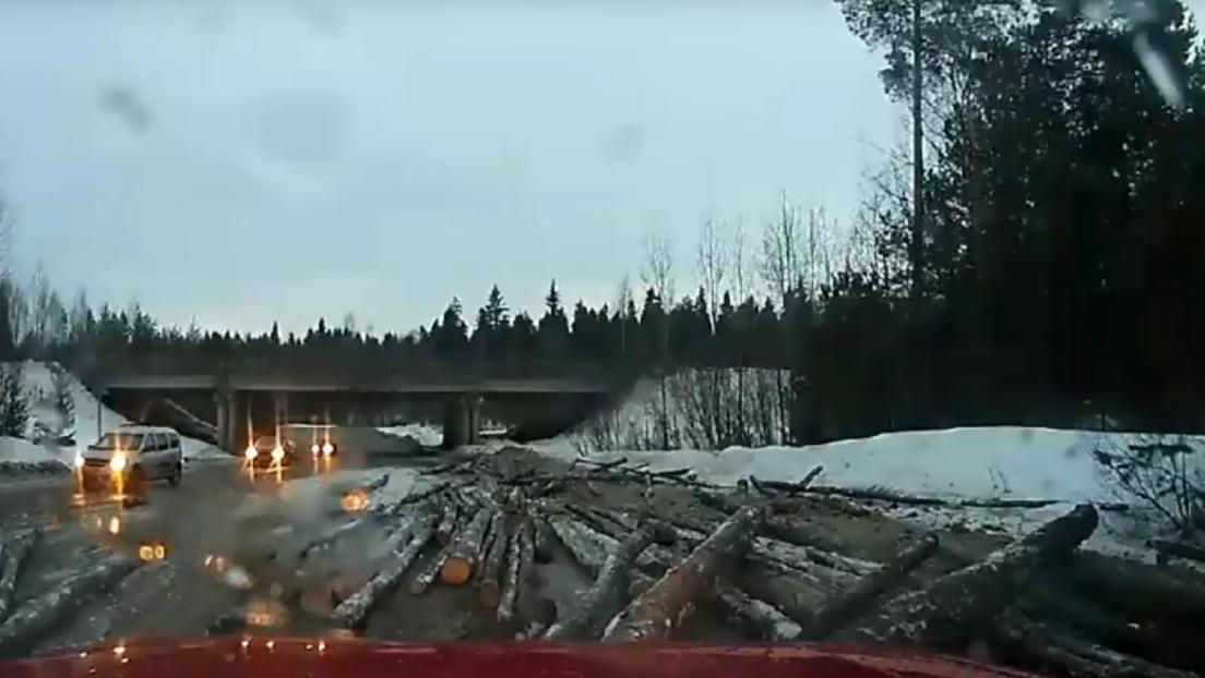 A lo 'Destino final': Decenas de troncos caen de un camión en plena carretera y golpean un auto