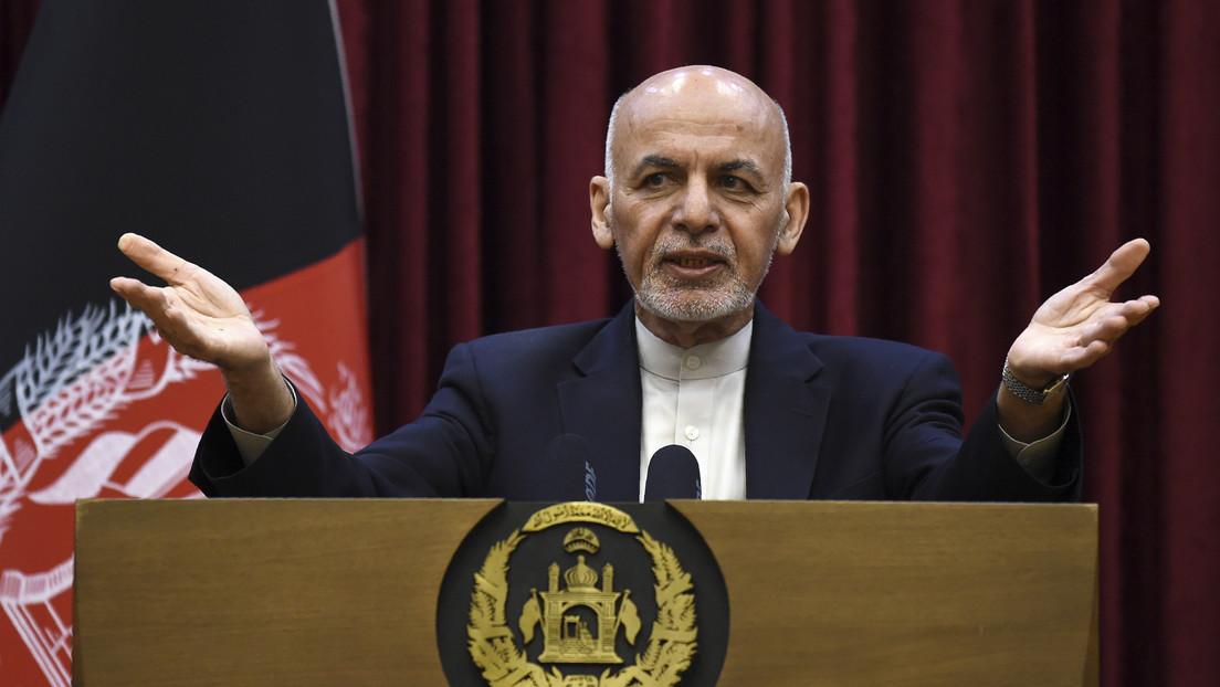 El presidente de Afganistán firma una orden para indultar y liberar a los prisioneros talibanes en medio de negociaciones por la paz