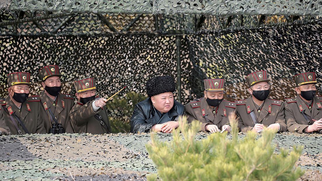 FOTOS: Kim Jong-un dirige ejercicios de artillería sin mascarilla al lado de varios militares protegidos