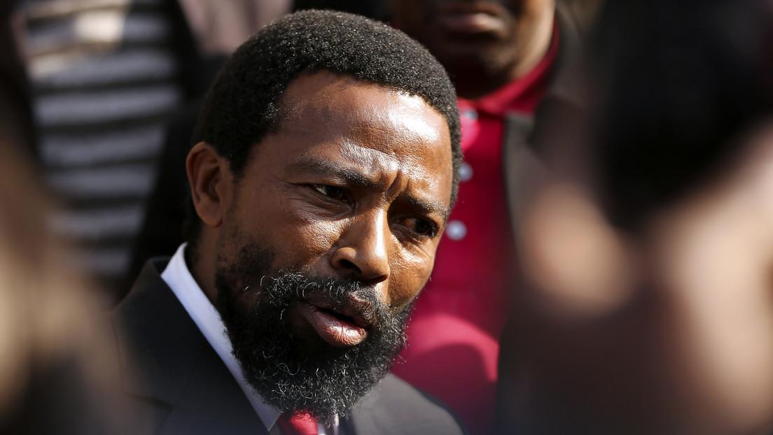 VIDEO: El rey del clan sudafricano al que pertenecía Nelson Mandela ataca con un hacha y un machete a sus familiares y acaba detenido