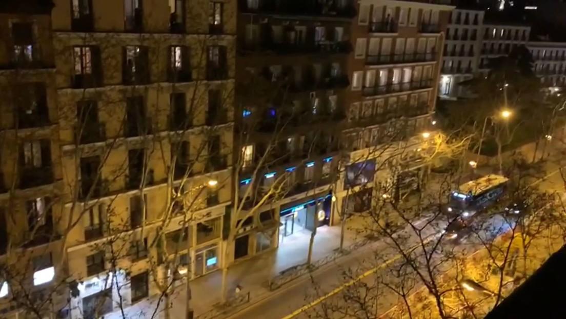 VIDEO: Españoles aplauden desde sus balcones para honrar a los médicos que luchan contra el coronavirus y estos les responden