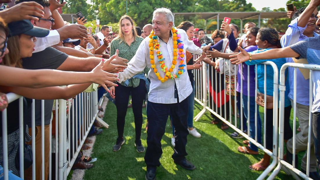 López Obrador 'desafía' al coronavirus y da la mano a cientos de personas en un evento multitudinario (VIDEOS)