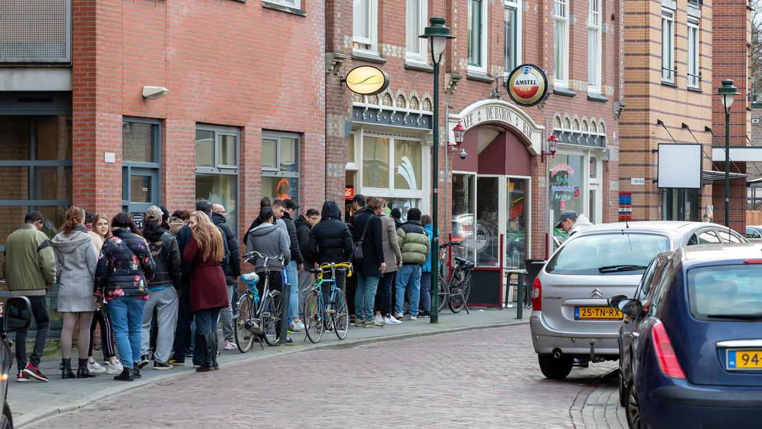 FOTOS: Pese al riesgo de contagio, los neerlandeses hacen cola para abastecerse de marihuana para la cuarentena