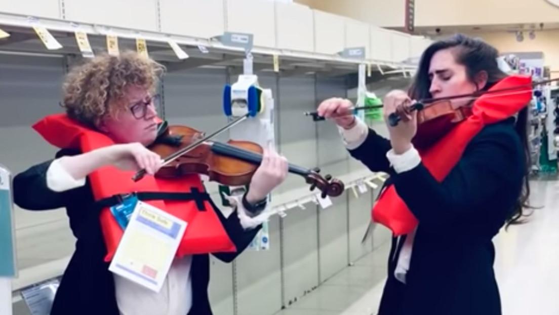 VIDEO: Violinistas tocan la melodía del hundimiento del Titanic ante los estantes de papel higiénico vacíos de un supermercado