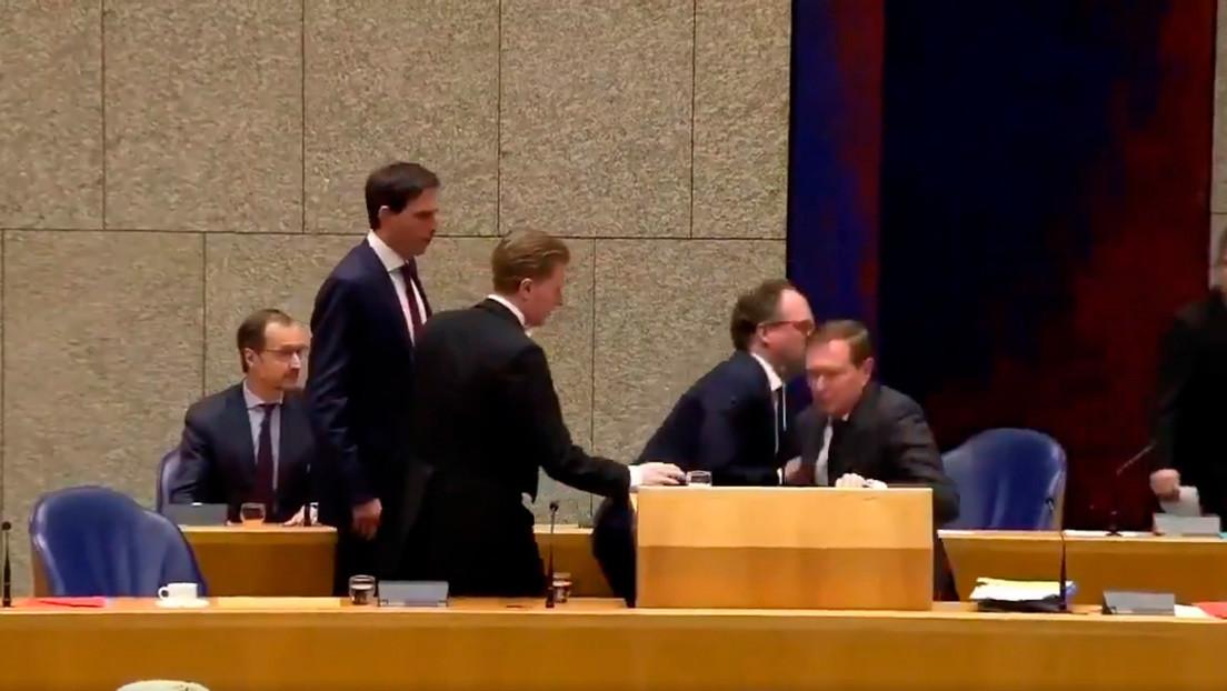 VIDEO: El ministro neerlandés de atención médica se desmaya durante un debate sobre el coronavirus