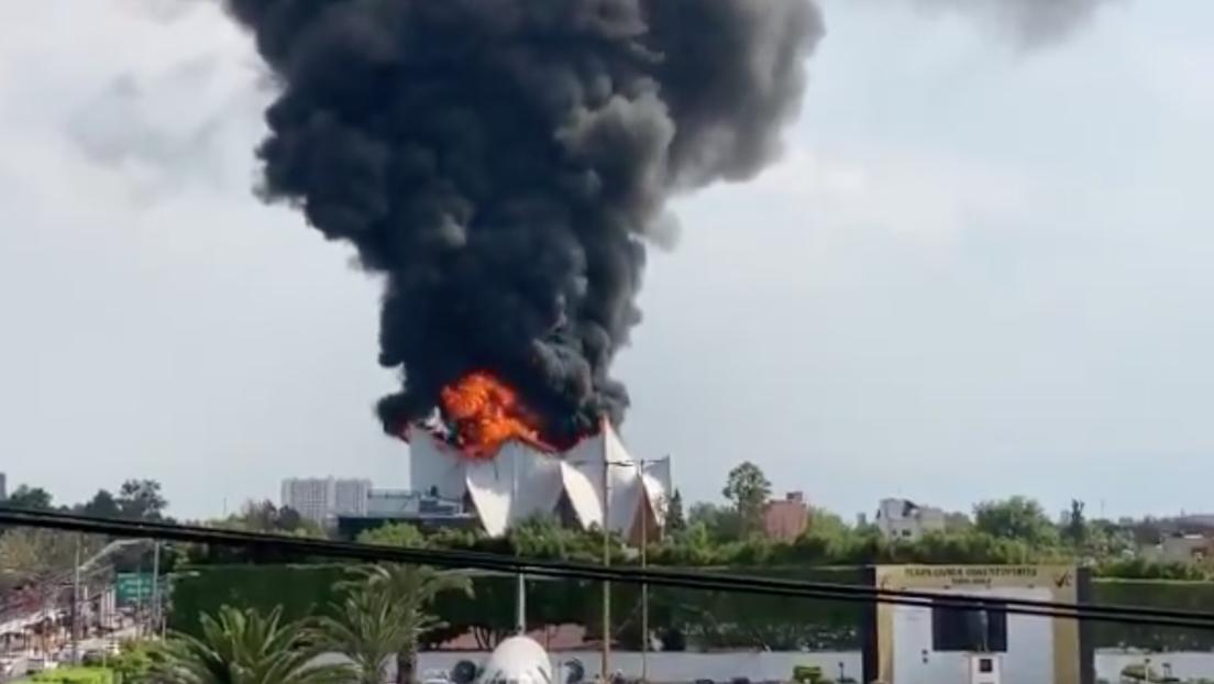 VIDEO: Arde el techo de una Iglesia de Ciudad de México y 300 personas son evacuadas