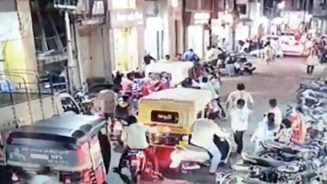 Pánico ante el coronavirus: golpean a un motociclista por estornudar en público en India (VIDEO)