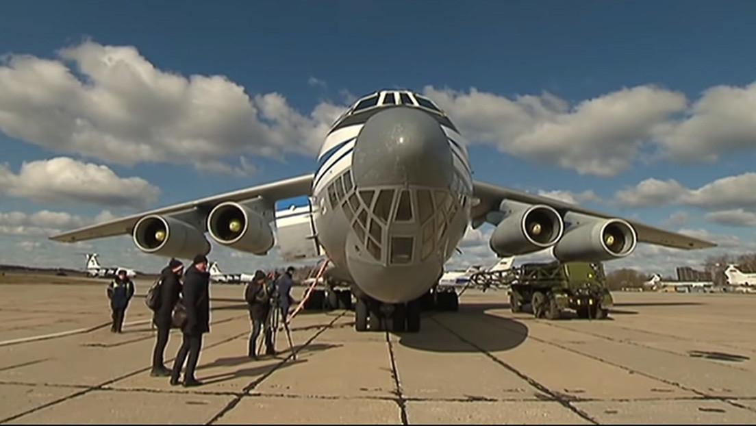 Aviones militares rusos parten a Italia con virólogos y equipos médicos (VIDEO)