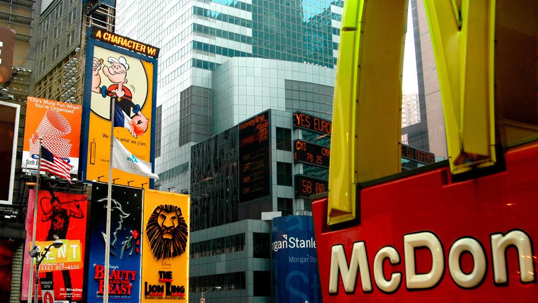 McDonald's divide los arcos de su logotipo en solidaridad con el distanciamiento social contra el coronavirus