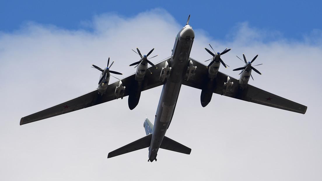 Cazas de la Fuerza Aérea japonesa escoltan a dos bombarderos estratégicos rusos Tu-95MS durante un vuelo sobre el mar de Japón y el Pacífico