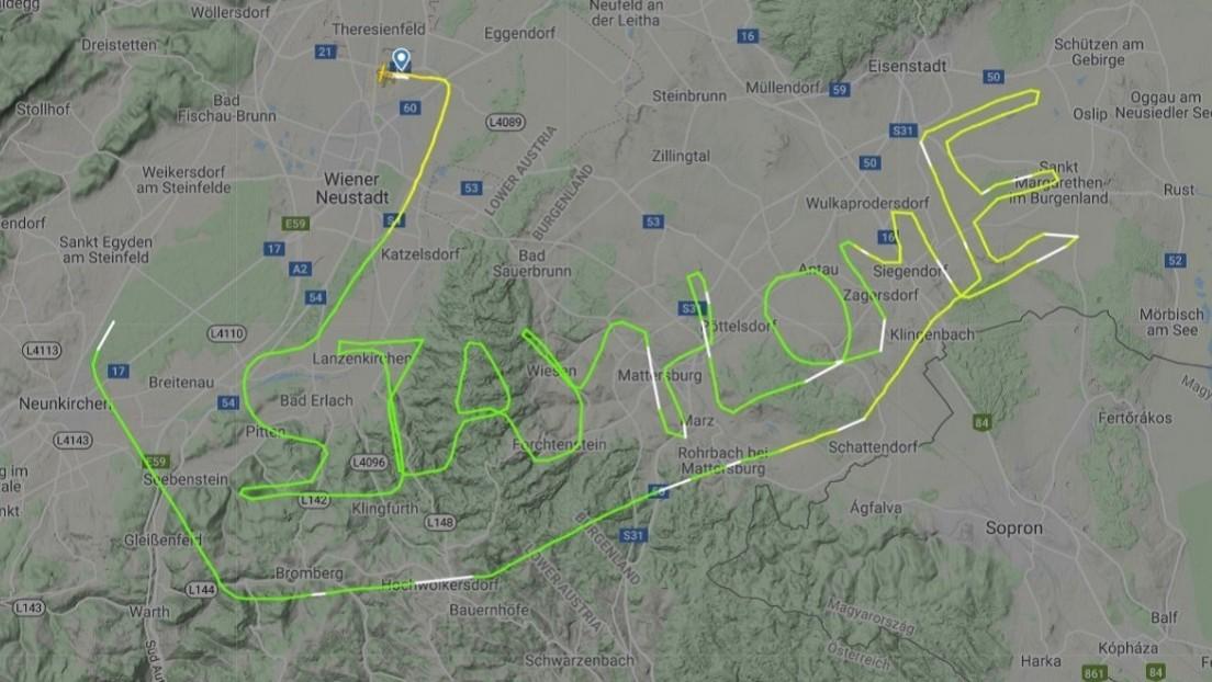 """FOTO: Un piloto escribe en el cielo """"quédate en casa"""" en medio de la pandemia de coronavirus"""