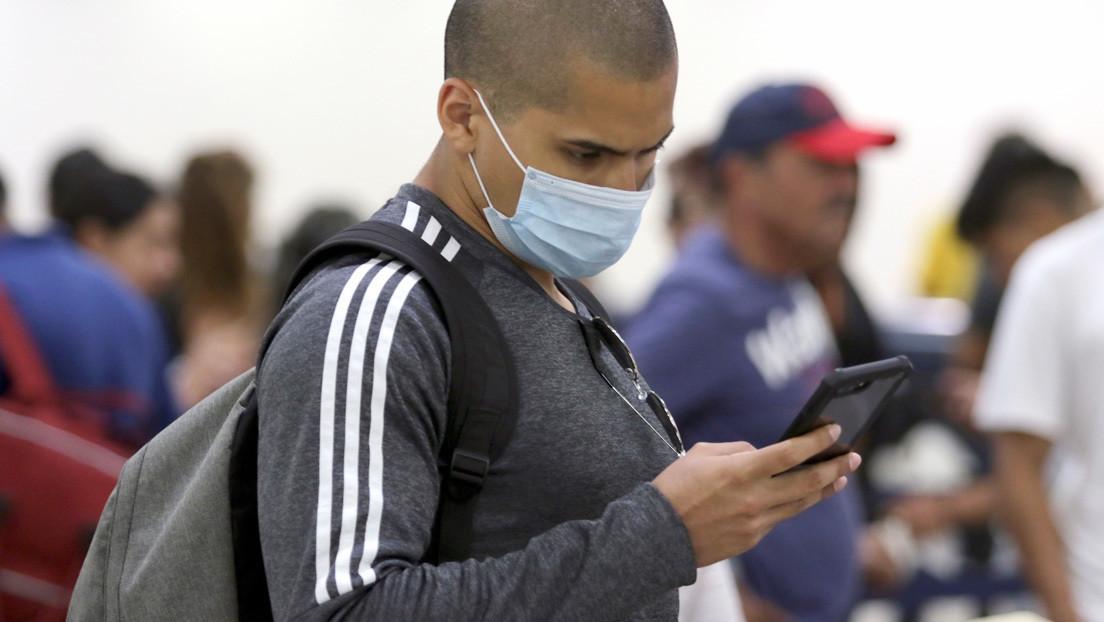 Experto explica por qué es importante limpiar el móvil regularmente mientras dure la pandemia