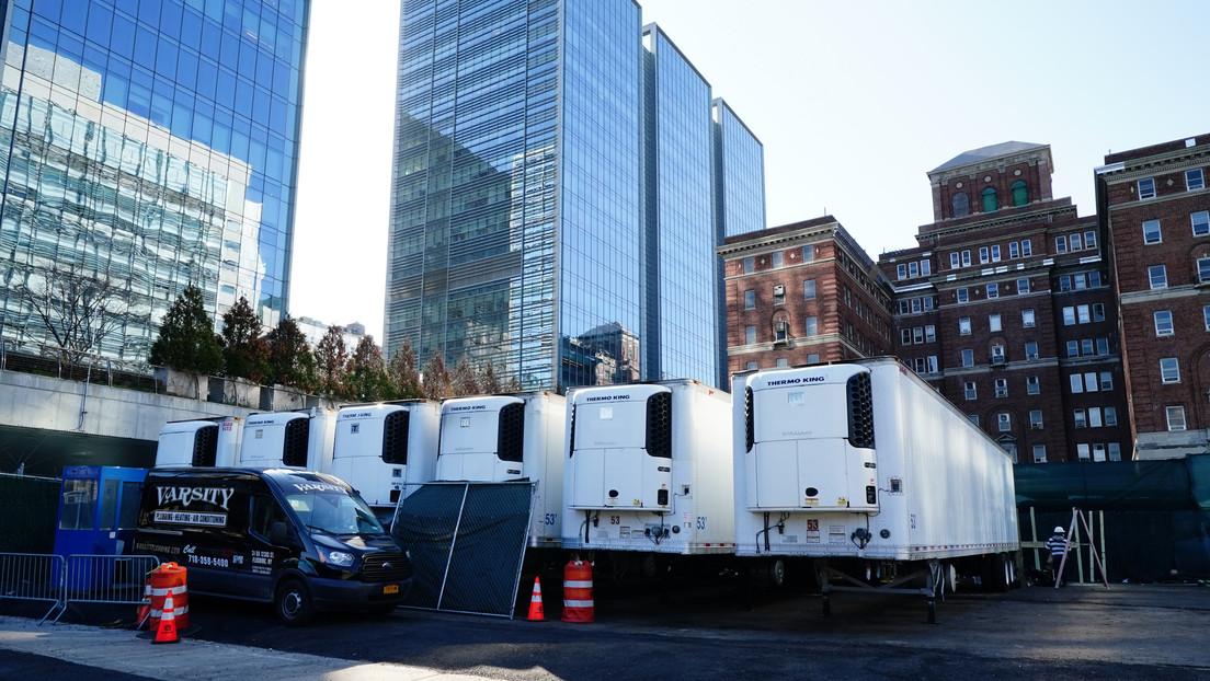 Despliegan unidades refrigeradas como morgues en las calles de Nueva York preparándose para el aumento de las víctimas del covid-19