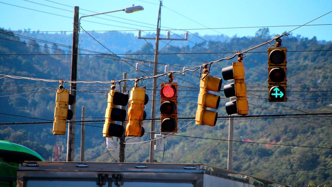 VIDEO: El piloto automático de Tesla 'aprende' a detenerse en un semáforo en rojo