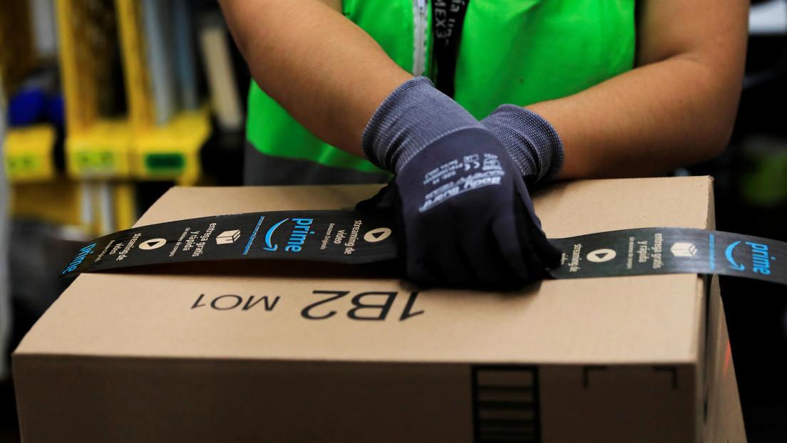 Repartidor de Amazon es captado por una cámara mientras escupe un paquete y esparce la saliva con su mano